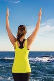 Gezonde Aziatische vrouw het praktizeren yoga bij strand die gele bovenkant dragen Royalty-vrije Stock Foto