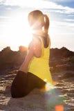 Gezonde Aziatische vrouw het praktizeren yoga bij strand die gele bovenkant dragen Royalty-vrije Stock Afbeelding
