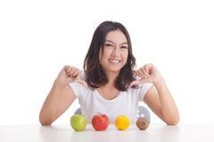 Gezonde Aziatische vrouw met vruchten Stock Afbeelding