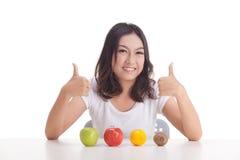 Gezonde Aziatische vrouw met vruchten Stock Foto