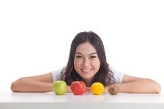 Gezonde Aziatische vrouw met vruchten Stock Afbeeldingen