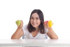 Gezonde Aziatische vrouw met vruchten Stock Foto's