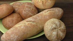 Gezonde broodbroodjes met zaden Stapel vers gebakken eigengemaakte broodbroodjes stock footage