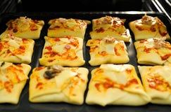 Gezonde broodjes in huisoven stock foto