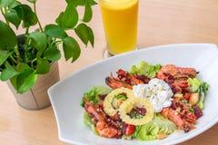 Gezonde caesar salade met dranken Royalty-vrije Stock Foto