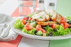 Gezonde Caesar-salade met olijven, tomaten en sla stock foto's