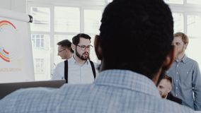 Gezonde comfortabele werkplaats Gelukkig jong CEO zakenman belangrijk team op modern kantoor die langzaam motie ROOD HELDENDICHT  stock video