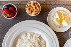 Gezonde de havermoutpapkom van de ontbijtrijst met bessen en noten op het lijst, hete en gezonde ontbijtvoedsel, hoogste mening royalty-vrije stock foto's