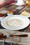 Gezonde de havermoutpapkom van de ontbijtrijst met bessen en noten op het lijst, hete en gezonde ontbijtvoedsel, zijaanzicht stock fotografie