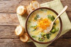 Gezonde de kaassoep van lunchbroccoli in een kom met toostclose-up stock afbeelding