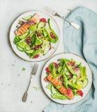 Gezonde de lentesalade met geroosterde zalm, sinaasappel, olijven en quinoa royalty-vrije stock foto