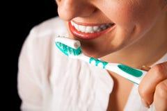 Gezonde de tandenclose-up van de vrouw op zwarte Royalty-vrije Stock Afbeelding