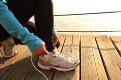 Gezonde de vrouwen bindende schoenveters van levensstijlsporten Royalty-vrije Stock Foto