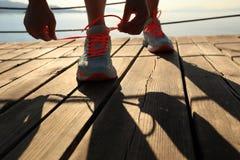 Gezonde de vrouwen bindende schoenveters van levensstijlsporten Royalty-vrije Stock Foto's