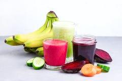 Gezonde Detox-de Banaankomkommer Juice Smoothie van de Bietenwortel in Glas onGray en Witte Achtergrond Horizontale Dieetdrank Stock Fotografie