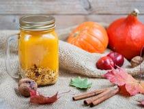 Gezonde die Ontbijta smoothie van pompoen en appelen met granola wordt gemaakt en noten in een metselaarkruik Stock Fotografie