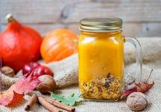Gezonde die Ontbijta smoothie van pompoen en appelen met granola wordt gemaakt en noten in een metselaarkruik Stock Afbeeldingen