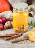 Gezonde die Ontbijta smoothie van pompoen en appelen met granola wordt gemaakt en noten in een metselaarkruik Royalty-vrije Stock Afbeeldingen