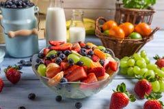Gezonde die salade van verse vruchten wordt gemaakt Stock Foto