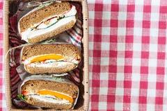 Gezonde die sandwich van een vers roggebroodje wordt gemaakt met smakelijke ingrediënten stock foto's
