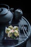 Gezonde die sushimengeling van verse groenten en zeevruchten wordt gemaakt royalty-vrije stock foto's