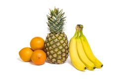 Gezonde die vruchten, ananas, sinaasappelen en bananen op whi worden geïsoleerd Royalty-vrije Stock Foto's