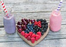 Gezonde diverse vruchten op hart en smoothies Dieet abstract concept Stock Foto's