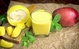 Gezonde drank & x28; beverage& x29; - mango smoothie & x28; mango juice& x29; en verse mango Royalty-vrije Stock Fotografie