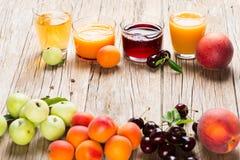 Gezonde dranken met verse vruchten Royalty-vrije Stock Afbeeldingen