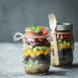 Gezonde eigengemaakte salade in metselaarkruik met quinoa en groenten Gezond voedsel, het schone eten, dieet en detox De ruimte v royalty-vrije stock fotografie