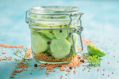 Gezonde en eigengemaakte ingelegde komkommer op blauwe lijst stock afbeelding