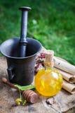 Gezonde en eigengemaakte likeur met alcohol, honing en linde royalty-vrije stock afbeelding