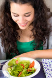 Gezonde en gelukkige jonge vrouw die salade eten Royalty-vrije Stock Fotografie