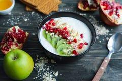 Gezonde en smakelijke laag - Havermeel van het calorie het activerende ontbijt en royalty-vrije stock foto's