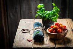 Gezonde en verse ingrediënten voor eigengemaakte zwarte spaghetti stock afbeeldingen