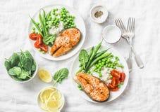 Gezonde evenwichtige mediterrane dieetlunch - gebakken zalm, rijst, groene erwten en slabonen op een lichte achtergrond, hoogste  Stock Fotografie