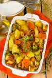 Gezonde gebakken groentenaardappels, wortelen, bloemkool en broccoli royalty-vrije stock foto's