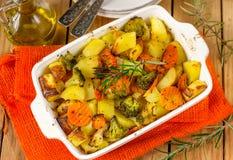 Gezonde gebakken groentenaardappels, wortelen, bloemkool en broccoli stock foto