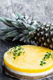 Gezonde gelaagde ananaskaastaart op houten lijst stock afbeeldingen