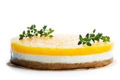 Gezonde gelaagde die ananaskaastaart op wit wordt geïsoleerd stock foto