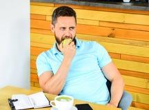 Gezonde gewoonten Te ontspannen koffiepauze Gezonde de vitaminevoeding van de mensenzorg tijdens werkdag Fysiek en geestelijk royalty-vrije stock foto's
