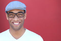 Gezonde glimlach Het witten van tanden Mooi het Glimlachen Jonge mensenportret dicht omhoog Over moderne rode achtergrond Lachend