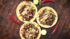 Gezonde graantortilla's met geroosterd rundvlees, verse hete peper, kaas, tomaten stock video