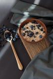 Gezonde granola van de ontbijthaver met verse bosbessen en de bessen in een klei werpen over donkere grungeoppervlakte Hoogste me Stock Afbeeldingen