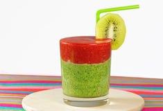 Gezonde groene en rode smoothie met aardbei, kiwi, appelen, rotatie Stock Foto