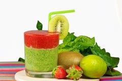 Gezonde groene en rode smoothie met aardbei, kiwi, appelen, rotatie Royalty-vrije Stock Foto's