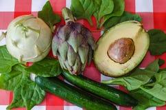 Gezonde groene groenten van de markt van Israël, verse artisjok, besnoeiingsavocado, voedzame koolraap, groene komkommers en spin Stock Afbeelding