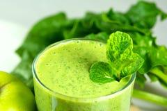 Gezonde groene plantaardige smoothie met appelen, spinazie, komkommer, l Stock Afbeelding