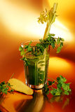 Gezonde groene plantaardige smoothie met peterselie op gouden achtergrond Stock Afbeeldingen