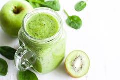 Gezonde groene smoothie in kruik Stock Afbeelding